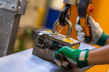 Přenášení materiálu pomocí magnetů